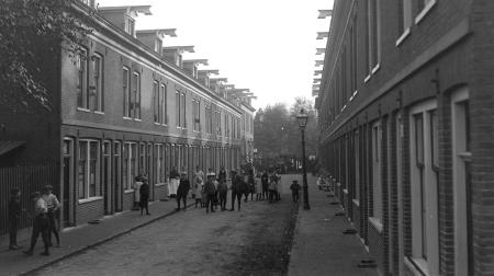 Kinderen op straat 1915 in het eerste bouwcomplex van De Key